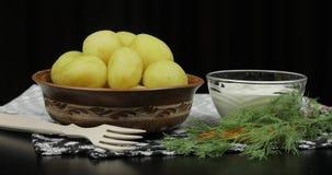 Nouvelle pomme vapeur d?licieuse de plat avec l'aneth frais sur pr?t ? servir ? manger images libres de droits