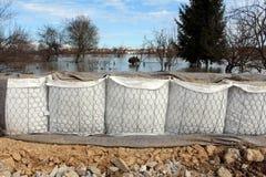 Nouvelle protection d'inondation de barrières de bac à sable couverte de tissu de géotextile image libre de droits