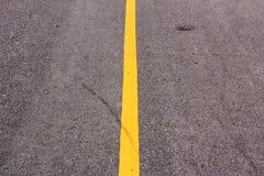 Nouvelle route goudronnée avec la ligne jaune avant coucher du soleil Images libres de droits