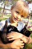 Nouvelle saison et nouvelles amitiés entre l'enfant et son b Photographie stock libre de droits