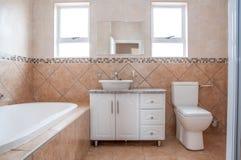 Nouvelle salle de bains avec Bath, bassin, et toilette Photo libre de droits
