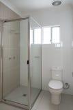 Nouvelle salle de bains compacte d'ensuite image stock