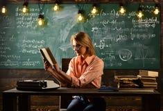 Nouvelle technologie dans l'éducation d'école moderne Leçon de littérature avec le livre de grammaire De nouveau à l'école et à l Image stock