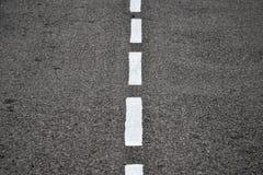 Nouvelle texture d'asphalte avec la ligne tirée blanche Image libre de droits
