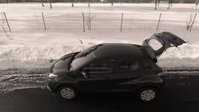 Nouvelle voiture dans la neige, vue de bourdon photographie stock libre de droits