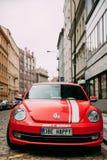 Nouvelle voiture de cabriolet de scarabée de Front View Of Red Volkswagen garée dans la rue Images stock
