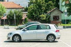 Nouvelle voiture de VW Volkswagen Golf 6 d'argent épluchée sur la rue dans la ville photos stock