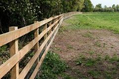 Nouvellement installé, clôture de bois de construction employée pour sectionner outre de grandes utilisations d'un pré pour des c Photos stock