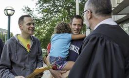 Nouvellement un couple gai d'épouser dans le Wisconsin Image libre de droits