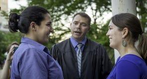 Nouvellement un couple lesbien d'épouser dans le Wisconsin Photo stock