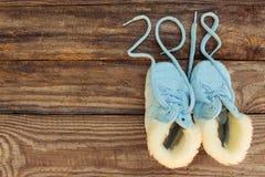2018 nouvelles années écrites des dentelles des chaussures du ` s d'enfants Photographie stock libre de droits