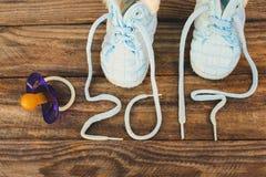 2017 nouvelles années écrites des dentelles des chaussures et de la tétine des enfants Image stock