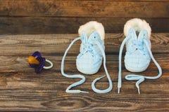 2017 nouvelles années écrites des dentelles des chaussures et de la tétine des enfants Images stock
