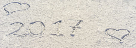 2017 nouvelles années écrites en farine sur le fond en bois Images libres de droits