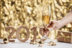 Nouvelles années d'Ève de fond de célébration avec des paires de cannelures, bouteille images libres de droits
