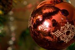 Nouvelles années de boule rouge sur un fond vert Photographie stock libre de droits