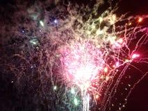 Nouvelles années de feux d'artifice éclatés dans le ciel Photographie stock libre de droits