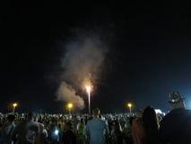 Nouvelles années de feux d'artifice éclatés dans le ciel Image libre de droits