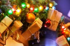 Nouvelles années de guirlande des branches, des cadeaux et des boules de sapin Photos stock