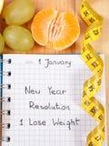 Nouvelles années de résolutions écrites dans le carnet et le ruban métrique Image libre de droits