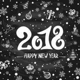 2018 nouvelles années de salutations avec des décorations de vacances sur la craie noire Images libres de droits
