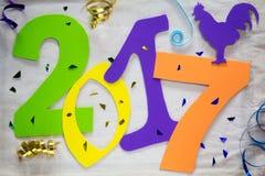 2017 nouvelles années du coq Nombres colorés sur le fond Image libre de droits