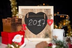 Nouvelles années et deco de Noël, 2017 écrit sur le panneau de craie Images libres de droits