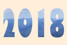 2018 nouvelles années prochaine au-dessus du fond de montagnes de Carpathiens, doucement chaud Photographie stock libre de droits