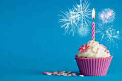 Nouvelles années roses de petit gâteau avec la bougie Image libre de droits