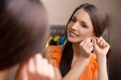 Nouvelles boucles d'oreille. photos stock