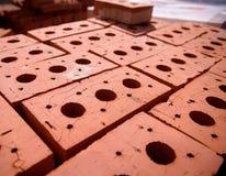 Nouvelles briques sur la palette sur le chantier de construction Images stock