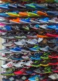 Nouvelles chaussures de sport, vente de chaussure de course Photo stock