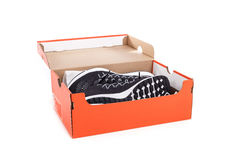 Nouvelles chaussures noires d'espadrilles dans la boîte Pris au studio et à l'OV d'isolement Photos libres de droits