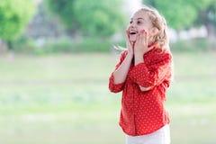 Nouvelles choquantes de wow La surprise lui adapte Le jour des enfants internationaux Étonnant complètement Concept de surprise F photographie stock