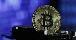 Nouvelles cryptos finances d'honoraires de devise, de bitcoin et d'ordinateur Bitcoin contre le moniteur avec le code binaire banque de vidéos