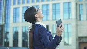Nouvelles de lecture de jeune femme gaie bonnes sur l'égalité businesslady réussie de téléphone banque de vidéos
