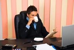 Nouvelles du relevé de gestionnaire dans son bureau image stock