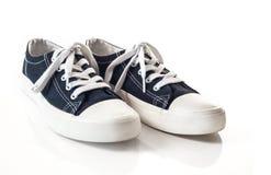 Nouvelles espadrilles bleues sur le fond blanc Images stock