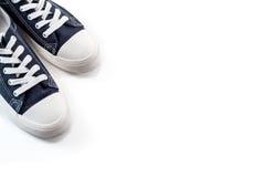 Nouvelles espadrilles bleues sur le fond blanc Image stock