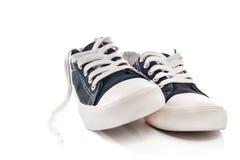 Nouvelles espadrilles bleues sur le fond blanc Photo libre de droits