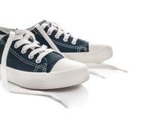 Nouvelles espadrilles bleues sur le fond blanc Photographie stock