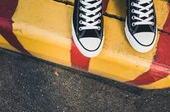 Nouvelles espadrilles noires et blanches, pieds d'adolescent Image libre de droits