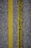 Nouvelles et rouillées lignes jaunes de route Photographie stock libre de droits
