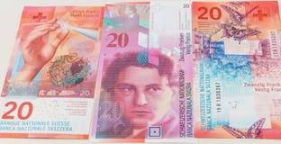 Nouvelles et vieilles vingt factures de franc suisse Images libres de droits