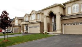 Nouvelles grandes maisons dans une subdivision dans le Canada Photos libres de droits
