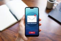 Nouvelles ic?nes de message sur l'?cran de t?l?phone portable Communication d'affaires, Internet et concept de technologie images stock