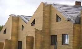 Nouvelles maisons en construction de brique jaune Images stock