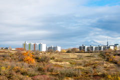 Nouvelles maisons préfabriquées sur la colline au-dessus de la forêt Image stock