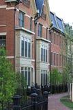 Nouvelles maisons urbaines dans la ville Photo stock