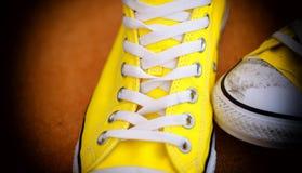 Nouvelles paires de chaussures d'espadrille avec l'orteil sale et de dégradé sur le bord Images stock